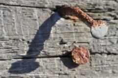 Roestige spijker op oud hout Stock Afbeeldingen