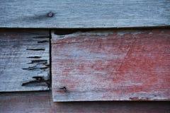 Roestige spijker op oude houten achtergrond stock foto's