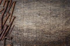 Roestige spijkers op de achtergrond van oude houten Royalty-vrije Stock Foto's