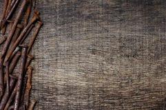 Roestige spijkers op gebarsten oude houten achtergrond Stock Afbeeldingen
