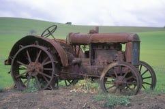 Roestige tractor dichtbij Paso Robles, CA Stock Foto's