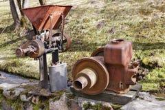 Roestige uitstekende kleine tractorendieselmotoren en retro machines in dorp stock afbeeldingen