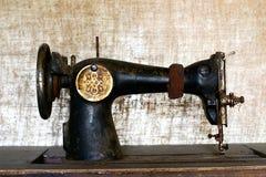 Roestige uitstekende naaimachine Royalty-vrije Stock Afbeelding