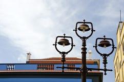 Roestige uitstekende straatlantaarns in oude stad, Spanje stock foto's