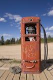 Roestige verlaten benzinepomp royalty-vrije stock foto