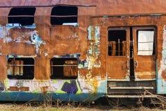 Roestige verlaten gesloopte treinwagens Royalty-vrije Stock Foto's