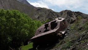 Roestige, verlaten machines op een heuvel stock video