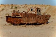 Roestige vissersboot die in het zand liggen Royalty-vrije Stock Fotografie