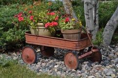 Roestige wagen met potten van bloemen Royalty-vrije Stock Foto