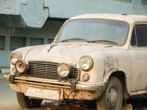 Roestige witte die auto op een straat van Chennai wordt geparkeerd Stock Foto's