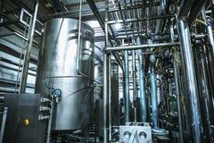Roestvrij staal het brouwen materiaal: grote reservoirs of tanks en pijpen in moderne bierfabriek Brouwerijproductie stock foto