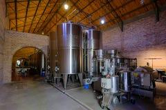 Roestvrij staaltanks voor gisting in moderne die Malbec wijnfabriek, San Juan, Argentinië, ook in Mendoza wordt gezien stock foto