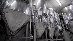 Roestvrij staaltanks voor het brouwen van bier in workshop van moderne brouwerij, geautomatiseerd proces stock footage