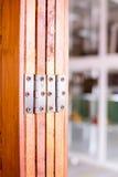 Roestvrije scharnieren op deur Stock Foto