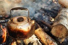 Roetige theepot op het kamperen vuur Royalty-vrije Stock Foto's