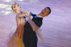 Rofessional舞蹈夫妇执行WDSF国际WR舞蹈杯的青年标准欧洲节目 库存图片