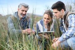 Rofessor com estudantes da agronomia fora imagem de stock royalty free