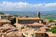 Roftops domów i Sant ` Agostino kościół w Montalcino, Val d ` Obrazy Stock
