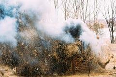 Rogachev, Bielorussia Bombardamento, esplosione della Camera di legno in storico fotografia stock