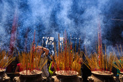 Rogación china en el templo, Vietnam Imagen de archivo libre de regalías