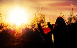 Rogación de la mujer piadosa con salida del sol Mujer de rogación Fotos de archivo