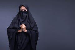 Rogación del niqab de la mujer que lleva musulmán asiática joven Imagen de archivo libre de regalías