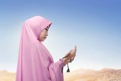 Rogación del velo de la mujer que lleva musulmán asiática religiosa Imagen de archivo