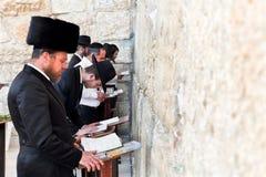 Rogación judía en la pared occidental Imagenes de archivo