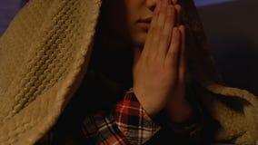 Rogación masculina del niño cubierta con la manta en la noche, la acción de gracias de dios, la confianza y la esperanza almacen de metraje de vídeo