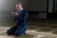 Rogación musulmán joven del hombre de negocios Fotografía de archivo libre de regalías