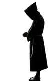 Rogación de la silueta del sacerdote del monje del hombre Imágenes de archivo libres de regalías