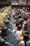 Rogando en sagrado bien, Tirta Empul, Bali Fotos de archivo libres de regalías