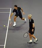 Roger Federer en Bjorn Borg in acties stock afbeelding