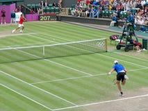 Roger Federer och John Isner Arkivfoto