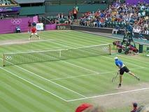 Roger Federer och John Isner Arkivbilder