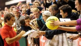 Roger Federer y fans fotos de archivo