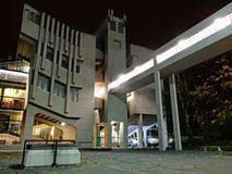 Roger Stevens budynek, Leeds uniwersytet w zachodzie - Yorkshire, Anglia, 1960s betonuje brutalist budynek brać przy nocą z f fotografia stock
