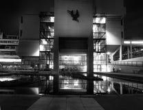 Roger Stevens budynek w Leeds uniwersytecie 1960s brutalist betonowy budynek brać przy nocą z racą od świateł i zdjęcia stock