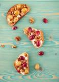 Rogge en tarwetoosts met gebakken druif op blauwe lijst Royalty-vrije Stock Foto's