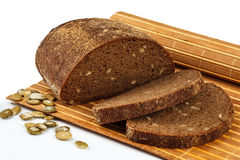 Roggebrood met pompoenzaden op de mat Royalty-vrije Stock Foto's