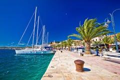 Rogoznica het varen bestemming in de mening van de waterkant van Dalmatië royalty-vrije stock fotografie