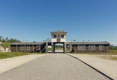 ROGOZNICA, POLÔNIA - 3 DE JUNHO DE 2019 A via principal ao campo de concentração nazista bruto-Rosen foto de stock