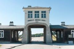 ROGOZNICA, POLÔNIA - 3 DE JUNHO DE 2019 A via principal ao campo de concentração nazista bruto-Rosen imagem de stock