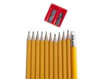 Roh von den Bleistiften und von einem Bleistiftspitzer izolated Lizenzfreie Stockfotografie