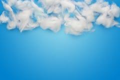 Rohbaumwollewolken über Blau Lizenzfreie Stockbilder