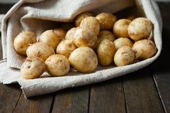Rohe Babykartoffeln in einem Sack Lizenzfreie Stockfotos