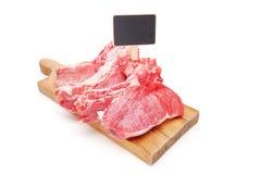 Rohe Beefsteaks auf einem Schneidebrett mit einem Preis Stockfotografie