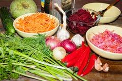 Rohe Bestandteile für das Kochen der vegetarischen Suppe auf einem Holztisch, Draufsicht lizenzfreies stockfoto