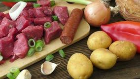 Rohe Bestandteile für Eintopfgericht, Gulasch oder Suppe stock video footage