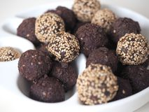 Rohe Bonbon-Bälle des strengen Vegetariers stockfotos